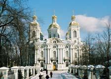 Saint Pétersbourg  Cathédrales de Saint-Pétersbourg avec le transport